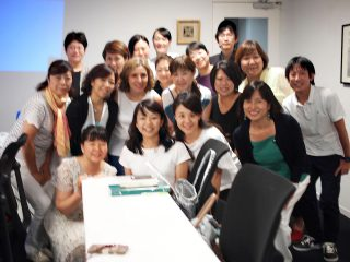 Yolanda先生と今回のトレーニング上級コースを受講した日本オリーブオイルテイスター協会認定のテイスターの集合写真